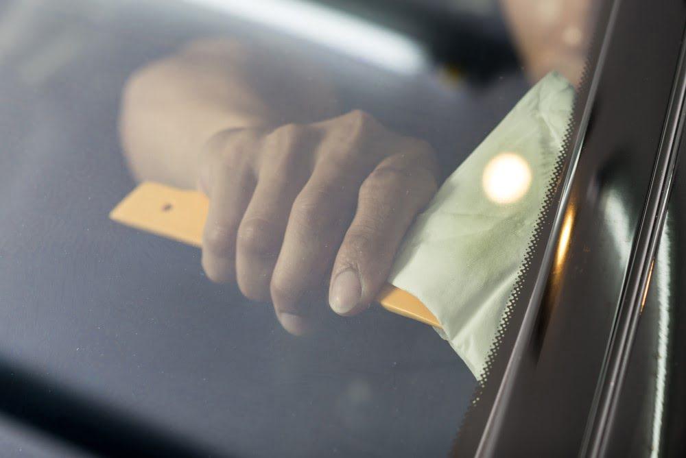 Bil der er ved at få tonede ruder