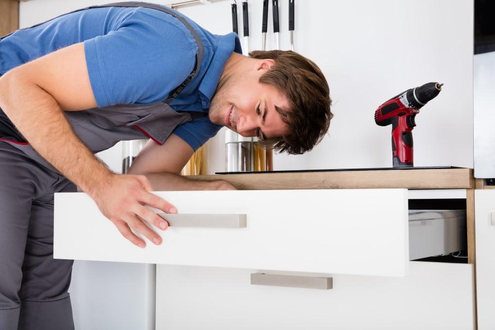 Håndværker der installerer et nyt køkken