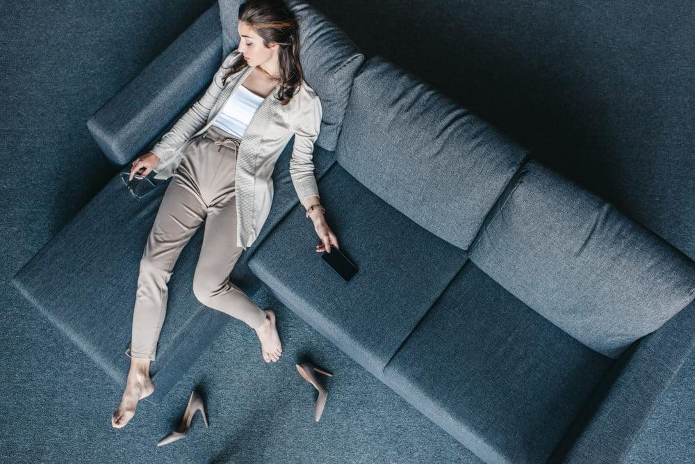 Kvinde på sofa