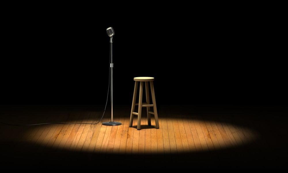 Mikrofon og stol på scene