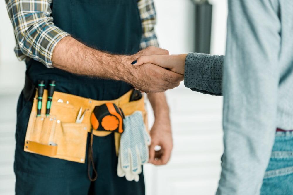 Handyman der hilser på kvinde