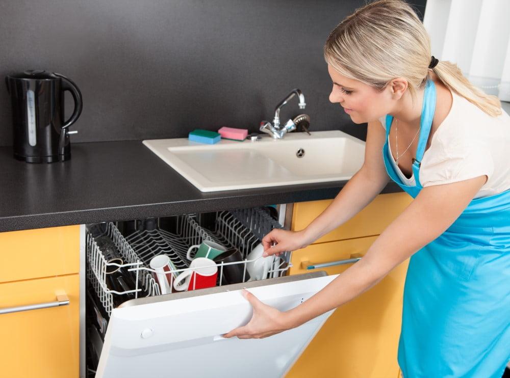 Kvinde der åbner opvaskemaskine