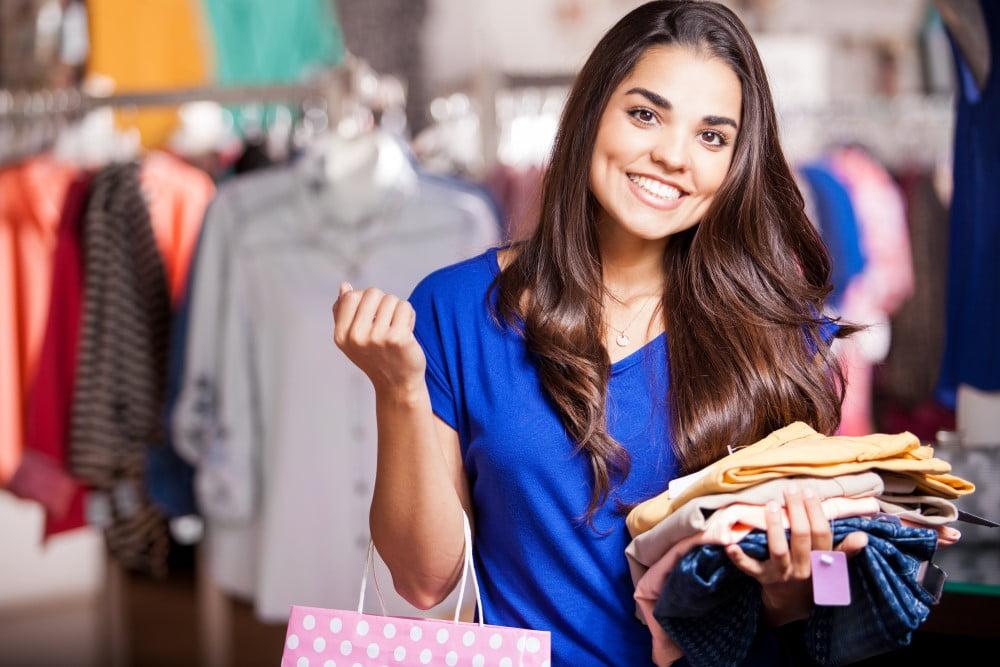 Ung kvinde der køber tøj